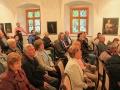 Historické auditórium v Dubnickom múzeu s návštevníkmi vernisáže otvorenia expozície geológie a krstu publikácie o vrchu Butkov