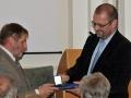 Riaditeľ GlÚ SAV Igor Broska odovzdáva pamätnú medailu Prírodovedeckej fakulte Masarykovej Univerzity v Brne (dekan - Jaromír Leichman)