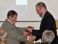 Dekan Prírodovedeckej fakulte Masarykovej Univerzity v Brne - Jaromír Leichman odovzdáva pamätnú medailu riaditeľovi GlÚ SAV Igorovi Broskovi