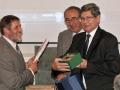 Riaditeľ GlÚ SAV Igor Broska preberá dar od Poľského geologického ústavu - Národného výskumného ústavu (Tadeusz M. Peryt, Józef Chowaniec)