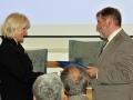 Riaditeľ GlÚ SAV Igor Broska odovzdáva pamätnú medailu Ministerstvu životného prostredia Slovenskej republiky (generálna riaditeľka Sekcie geológie a prírodných zdrojov - Vlasta Jánová