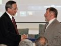 Riaditeľ GlÚ SAV Igor Broska odovzdáva pamätnú medailu Štátnemu geologickému ústavu Dionýza Štúra v Bratislave (riaditeľ - Branislav Žec)