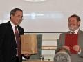 Riaditeľ Štátneho geologického ústavu Dionýza Štúra v Bratislave - Branislav Žec odovzdáva ďakovný list riaditeľovi GlÚ SAV Igorovi Broskovi