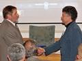 Riaditeľ GlÚ SAV Igor Broska odovzdáva pamätnú medailu Nafte, a.s., Divízii prieskumu a ťažby uhľovodíkov v Plaveckom Štvrtku (Pavol Polesňák)