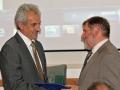 Riaditeľ GlÚ SAV Igor Broska odovzdáva pamätnú medailu Agentúre Ministerstva školstva, vedy, výskumu a športu Slovenskej republiky pre štrukturálne fondy EÚ v Bratislave (ASFEU) - generálnemu riaditeľovi Mariánovi Kostolányimu