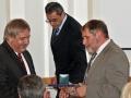 Riaditeľ GlÚ SAV Igor Broska odovzdáva pamätnú medailu Predsedníctvu Slovenskej akadémie vied v Bratislave (podpredseda pre I. oddelenie vied - Juraj Lapin)