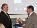 Riaditeľ GlÚ SAV Igor Broska odovzdáva pamätnú medailu Ústavu geotechniky SAV v Košiciach (riaditeľ - Víťazoslav Krúpa)