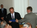 Riaditeľ GlÚ SAV Igor Broska odovzdáva pamätnú medailu Geofyzikálnemu ústavu SAV v Bratislave (predseda vedeckej rady - Peter Vajda)