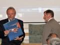 Riaditeľ Geografického ústavu SAV- Vladimír Ira odovzdáva dar riaditeľovi GlÚ SAV - Igorovi Broskovi