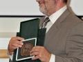 Medaila Jána Slávika od Slovenskej geologickej spoločnosti v rukách riaditeľa GlÚ SAV - Igora Brosku