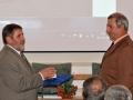 Riaditeľ GlÚ SAV Igor Broska odovzdáva pamätnú medailu prodekanovi pre vedu a výskum na Prírodovedeckej fakulte UMB v Banskej Bystrici - Jánovi Spišiakovi