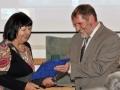 Riaditeľ GlÚ SAV Igor Broska odovzdáva pamätnú medailu vedúcej Katedry ložiskovej geológie na Prírodovedecká fakulta UK v Bratislave - Otílii Lintnerovej