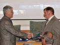 Riaditeľ GlÚ SAV Igor Broska odovzdáva pamätnú medailu vedúcemu Katedry mineralógie a petrológie na Prírodovedeckej fakulte UK v Bratislave - Mariánovi Putišovi