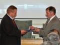 Riaditeľ GlÚ SAV Igor Broska odovzdáva pamätnú medailu Michalovi Kováčovi z Katedry geológie a palentológie na Prírodovedeckej fakulte UK v Bratislave
