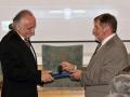 Riaditeľ GlÚ SAV Igor Broska odovzdáva pamätnú medailu Dušanovi Plašienkovi z Katedry geológie a palentológie na Prírodovedeckej fakulte UK v Bratislave