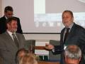 Riaditeľ GlÚ SAV Igor Broska odovzdáva medailu Bohuslava Cambela synovi akademika B. Cambela - Vladimírovi Cambelovi, riaditeľovi Elektrotechnického ústavu SAV
