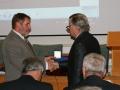 Riaditeľ GlÚ SAV Igor Broska odovzdáva medailu Bohuslava Cambela Pavlovi Bosákovi - riaditeľovi Geologického ústavu AV ČR v Prahe