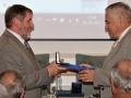 Riaditeľ GlÚ SAV Igor Broska odovzdáva medailu Bohuslava Cambela Jozefovi Michalíkovi - vedeckému pracovníkovi Geologického ústavu SAV v Bratislave