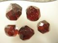 Tabula_05 Dokonalé kryštály granátu (almandínu) z náplavov potoka Hutná